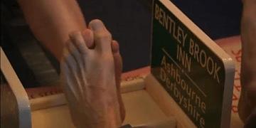 Campeón mundial de lucha con el dedo gordo del pie