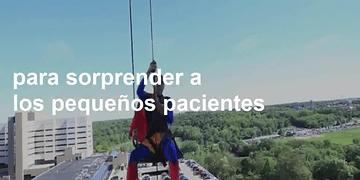 Limpiadores de ventanas se disfrazan de superhéroes para sorprender a niños hospitalizados.