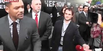 Will Smith abofetea a reportero que trató de besarlo en la boca