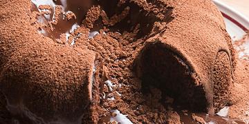 Te enamorarás de tan sólo ver este pastel gigante de chocolate fundido <3 ¿Te gustaría prepararlo?